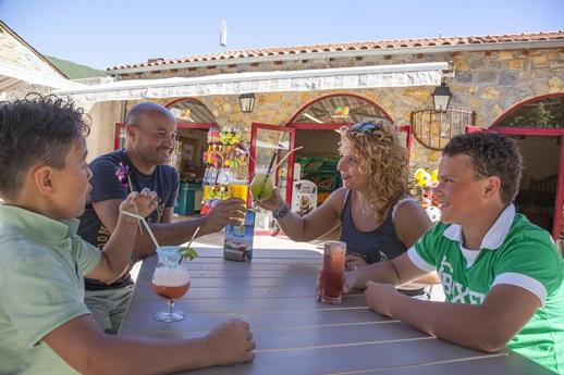 RCN-Val-de-Cantobre-camping-in-Nant-restaurant-terras (4)
