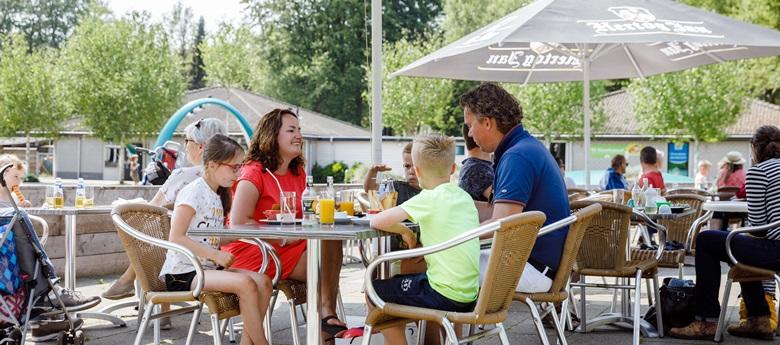 RCN-vakantiepark-de-Roggeberg-lunch-op-het-terras (1)