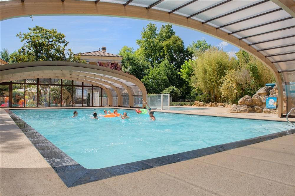 piscine couverte avec sa terrasse