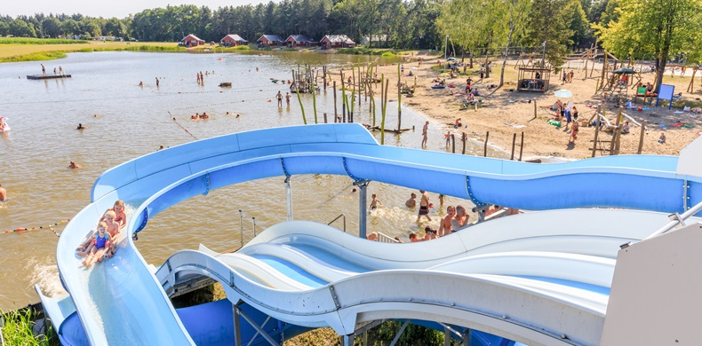 RCN-de-Flaasbloem-Vakantiepark-in-Brabant-Chaam-Glijbaan-bij-recreatiemeer (6)