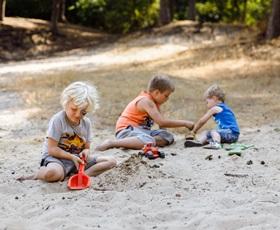RCN-vakantiepark-het-Grote-Bos-kinderen-spelen-in-het-zand