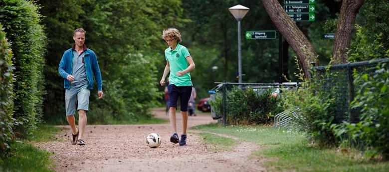 RCN-Vakantiepark-de-Noordster-vader-en-zoon-voetballen