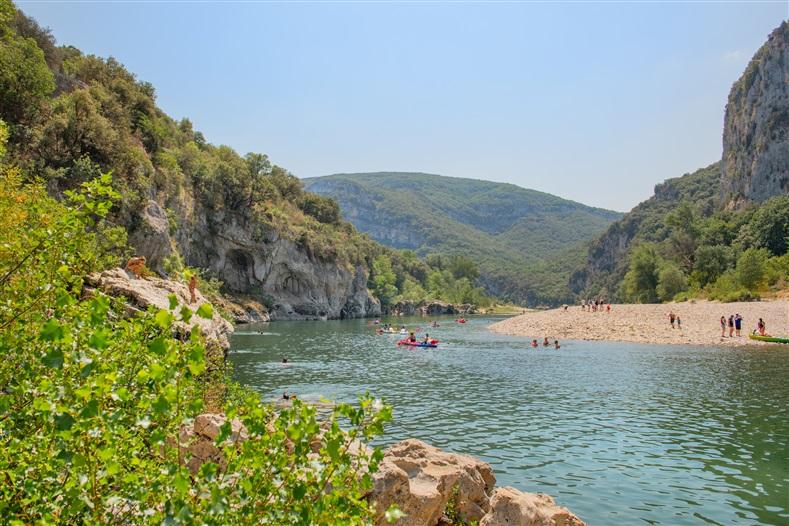 plage de sable au bord de la rivière l'Ardèche